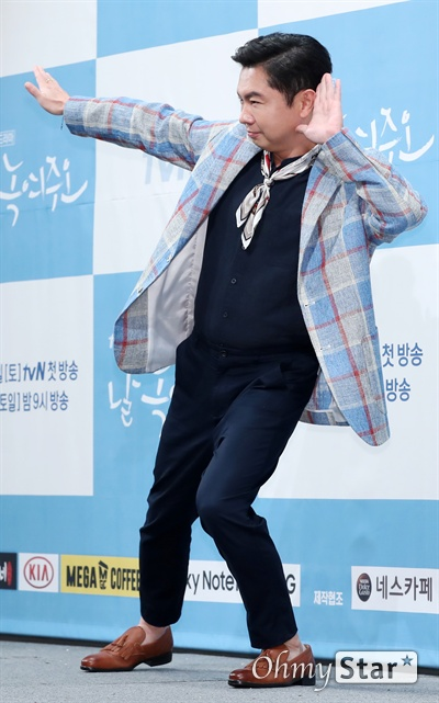 '날 녹여주오' 임원희, 녹여주는 코믹장인 배우 임원희가 20일 오후 서울 논현동의 한 호텔에서 열린 tvN 새 토일드라마 <날 녹여주오> 제작발표회에서 포토타임을 갖고 있다.  <날 녹여주오>는  냉동 인간 프로젝트에 참여한 남녀가 미스터리한 음모로 인해 20년 후 깨어나면서 맞이하는 이야기를 담은 작품이다. 28일 토요일 오후 9시 첫 방송.