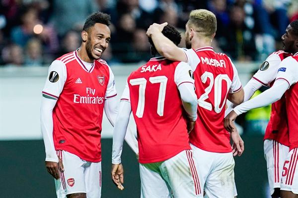 19일(현지 시각) 독일 프랑크푸르트 코메르츠방크 아레나에서 진행된 프랑크푸르트와 아스널의 2019-2020  UEFA 유로파리그 조별리그 1차전에서 승리한 아스널 선수들이 기뻐하고 있다.