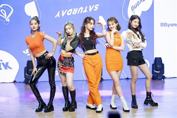 세러데이 걸그룹 세러데이가 새 미니앨범을 발매했다. 타이틀곡은 '뿅'이다.