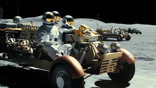 달에서 벌어지는 카체이싱이 인상적이다.