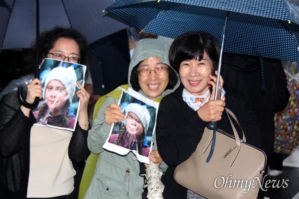 9월 21일 오후 창원 분수광장에서 열린 '921 기후위기 비상행동 거리행진'에 참가한 시민들이 그레타 툰베리의 사진을 들고 있다.