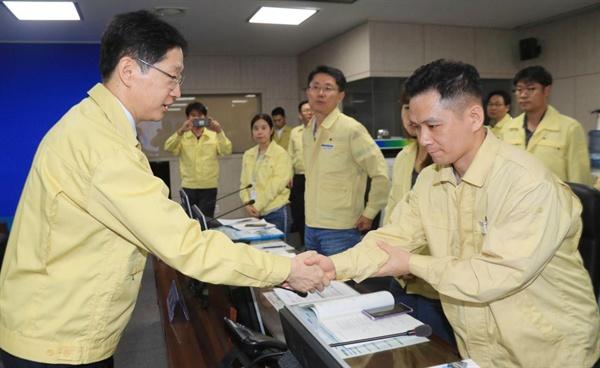 김경수 경남지사는 21일 경남도청에서 태풍 '타파' 대책회의를 열었다.