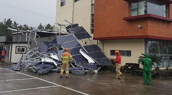 22일 제17호 태풍 '타파'가 덮친 제주지역에 강풍과 폭우로 인한 피해가 속출하고 있다. 사진은 서귀포시 서호동 주택의 태양광판넬이 뜯겨나간 현장. [사진제공=제주소방안전본부]