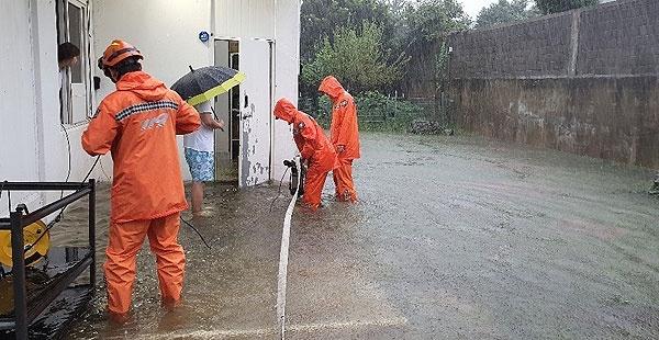 22일 제17호 태풍 '타파'가 덮친 제주지역에 강풍과 폭우로 인한 피해가 속출하고 있다. [사진제공=제주소방안전본부]