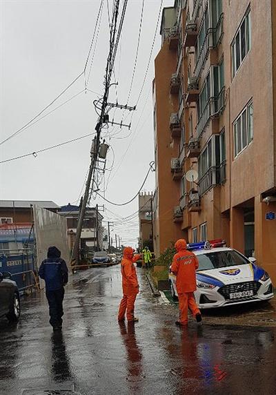 22일 제17호 태풍 '타파'가 덮친 제주지역에 강풍과 폭우로 인한 피해가 속출하고 있다. 제주시 건입동의 전신주가 기운 현장. [사진제공=제주소방안전본부]