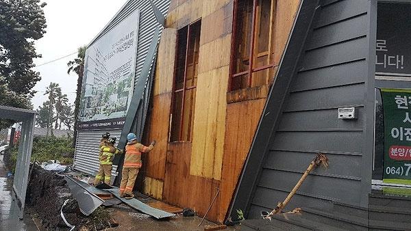 22일 제17호 태풍 '타파'가 덮친 제주지역에 강풍과 폭우로 인한 피해가 속출하고 있다. 서귀포시 법환동 서귀포월드컵경기장 인근 가건물 외벽이 뜯겨나간 현장. [사진제공=제주소방안전본부]