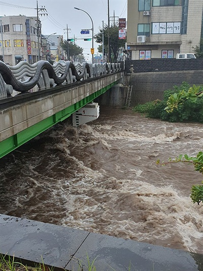22일 제17호 태풍 타파로 인해 물이 차오른 한천. 사진=제주소방안전본부