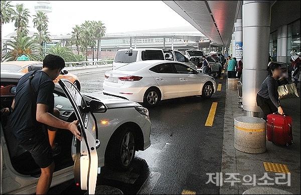 제17호 태풍 타파가 북상하면서 21일 오후 제주를 빠져나가려는 관광객이 제주공항에 몰리면서 진입로에도 혼잡이 빚어지고 있다.