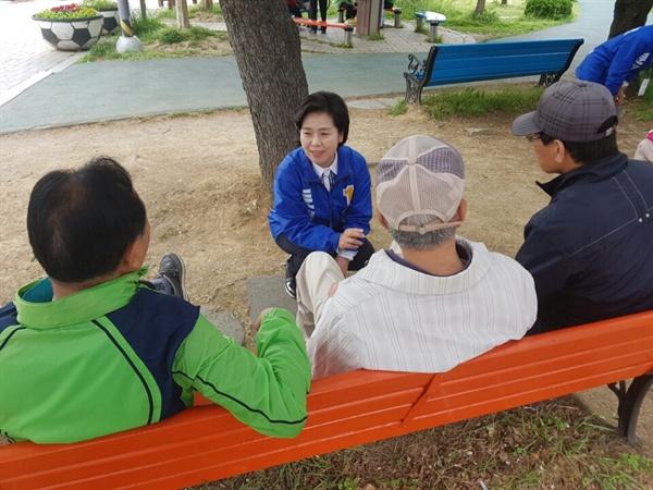 지역 주민들과 이야기를 나누는 양향자 부위원장.
