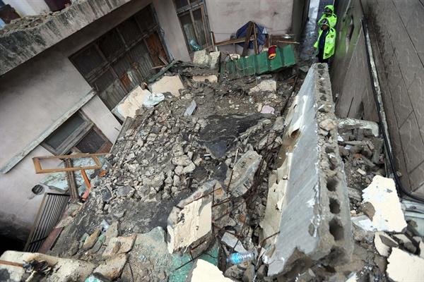 제17호 태풍 '타파'가 북상 중인 22일 부산 부산진구 부전동에 있는 한 2층 주택이 무너져 있다. 이 사고로 집 안에 있던 70대 여성이 매몰돼 숨졌다.