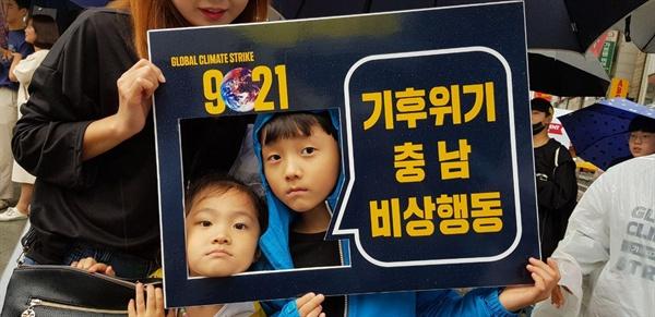 기후위기 충남 비상행동 기후위기 충남비상행동은 지난 21일 천안터미널 앞 인근에서 기후위기의 경각심을 알리는 캠페인을 진행했다.