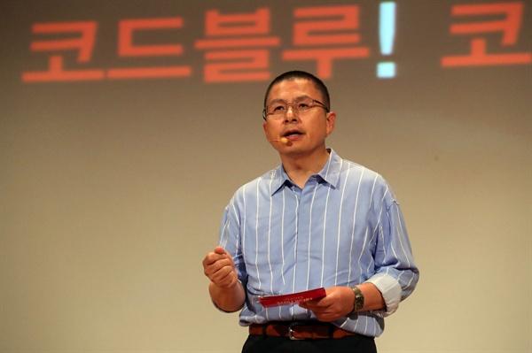 자유한국당 황교안 대표가 22일 오전 국회 의원회관에서 열린 '민부론' 발간 국민보고대회에서 프리젠테이션을 하고 있다.