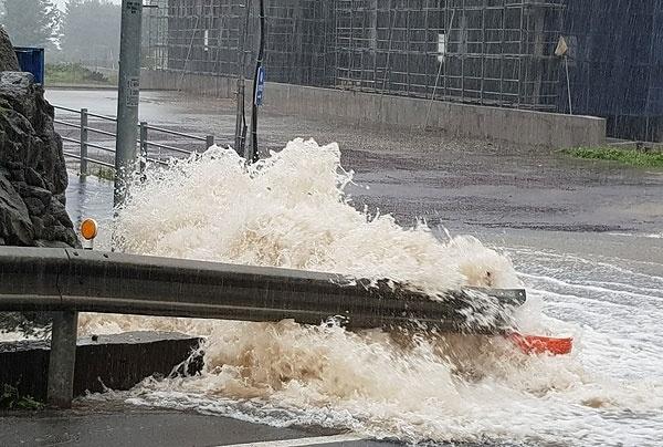 22일 제17호 태풍 '타파'가 제주를 덮친 가운데, 제주시 노형동 도로의 갓길에 빗물이 넘치고 있다.