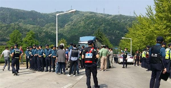 강원 동해시 쌍용양회 정문에서 삼화동 주민들이 하수슬러지 반입 저지를 위한 시위를 하고있다.