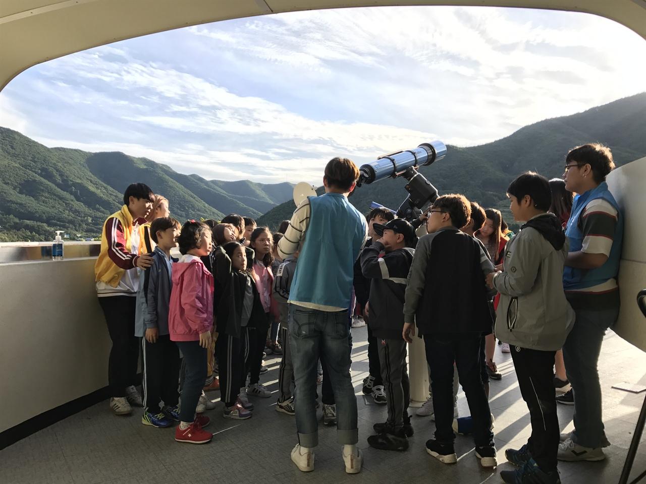 보현산 천문과학관을 찾은 아이들.