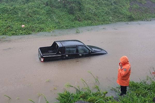 22일 제17호 태풍 '타파'가 제주를 덮친 가운데, 제주시 평화로 인근 갓길에서 SUV차량이 폭우에 잠겨 있다. 사진=제주소방안전본부