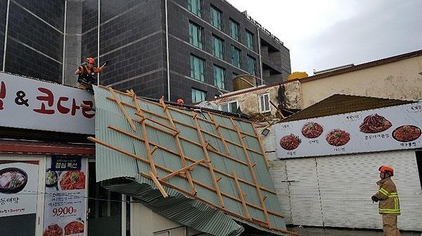 22일 제17호 태풍 '타파'가 제주를 덮친 가운데, 서귀포시 서귀동의 한 식당 지붕이 바람에 뜯겼다. 사진=제주소방안전본부
