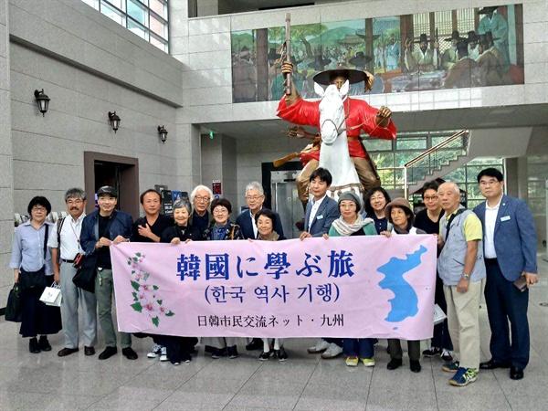 한일시민교류단 회원들이 의령 의병박물관을 관람했다.