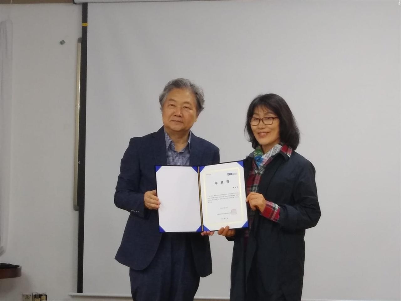 백정희 작가가 수료증을 받고 있다.  소설가 백정희씨가 평화통일학교 수료증을 받고 있다.