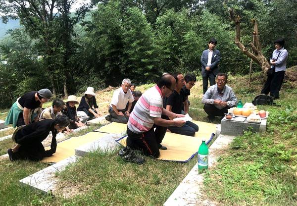 한일시민교류단 회원들이 의령 출신인 고 서정우 선생의 친족묘지를 찾아 참배했다.