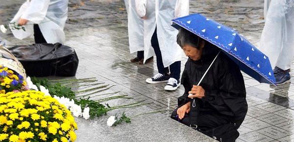 한일시민교류단 회원들이 김해 봉하마을 고 노무현 대통령 묘소를 참배했다.