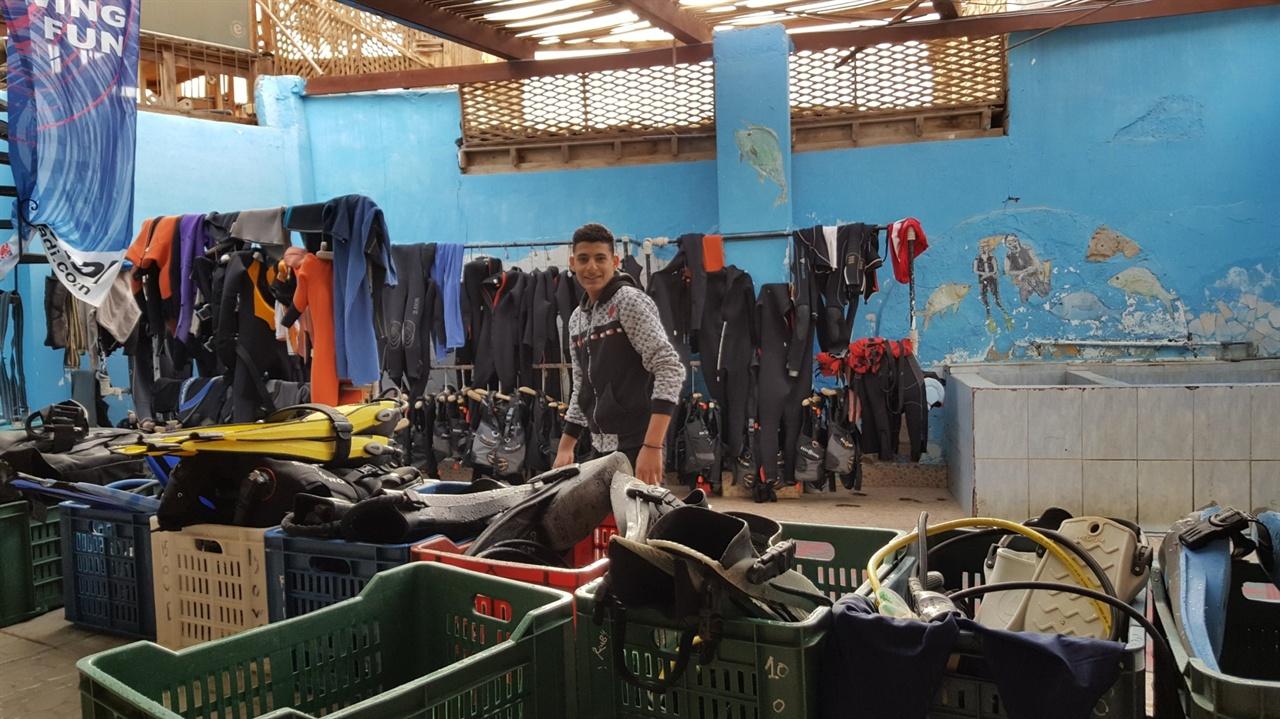 아침 일찍 출근하면 샤미르가 청소를 하고 있다.