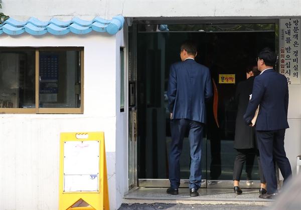 23일 오전 검찰 수사관들이 조국 법무부 장관의 서울 서초구 방배동 자택으로 들어가고 있다.