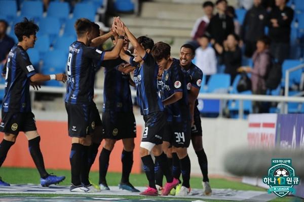 22일 인천축구전용구장에서 열린 '하나원큐 K리그1 2019' 30라운드 인천 유나이티드와 대구FC의 경기에서 인천의 명준재가 동점골을 터뜨린 뒤 골 세레머니를 하고 있다.