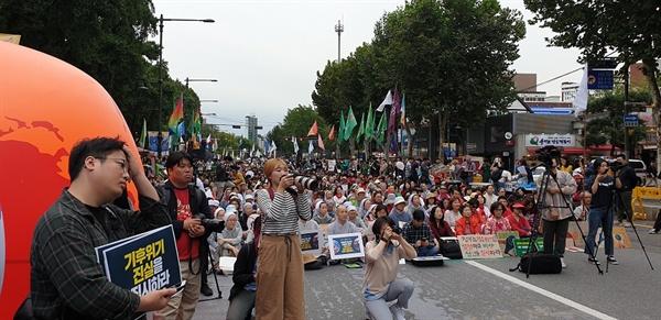서울 대학로에 모인 '기후위기 비상 행동' 집회 3000여 명의 시민들이 모였다. 여기에는, 학생, 노동자, 종교인, 교사, 녹색당, 한살림 등 330여 개 시민 단체 등이 연대하고 있다.