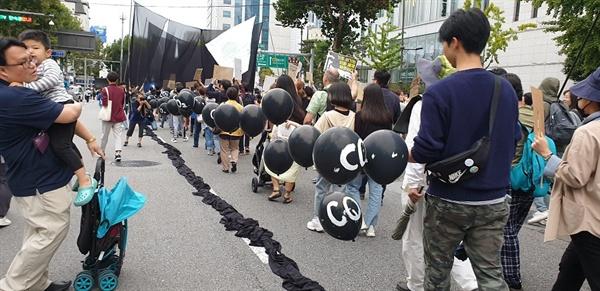 기후위기의 주범 이산화탄소를 없애자는 퍼포먼스 집회 참가자들은 다양한 홍보, 선전 도구들을 준비해 와서 자신의 주장을 표현하였다.