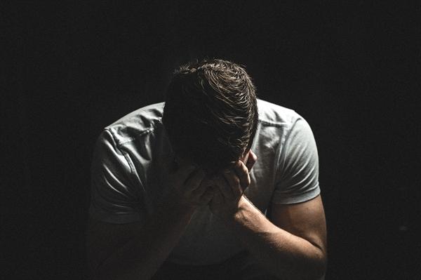부친이 돌아가셨다. 슬픔이 나를 뒤덮었다. 상주로서 장례 절차를 밟아야 하는 상황에서도 나는 해임을 걱정해야 했다.