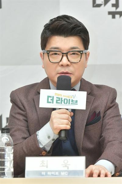 23일 오전 서울 여의도 KBS본관에서 진행된 'KBS 신규 시사-다큐 프로그램 기자간담회'에서 방송인 최욱이 기자들의 질문에 답하고 있다.