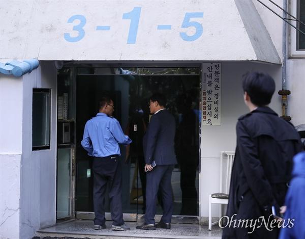 23일 오후 서울 서초구 조국 법무부 장관 자택에 압수수색을 나선 검찰 관계자가 외출 후 현관을 들어서고 있다.