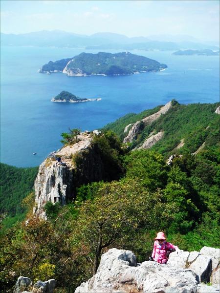 지리산(397.8m) 정상에서 바라다본 풍경이 아름답다.