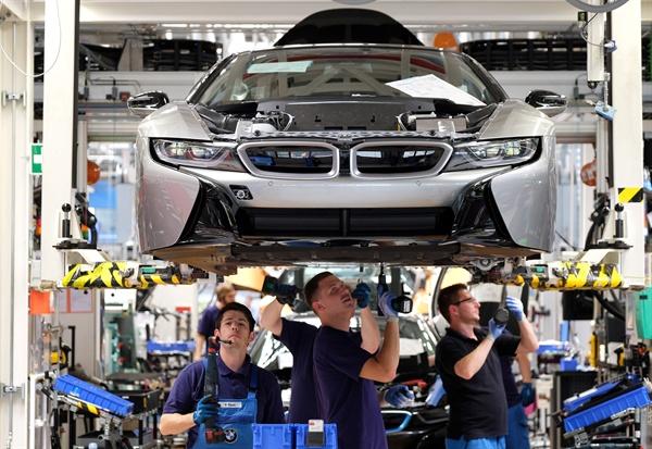 독일의 자동차회사 BMW 라이프치히 공장에서 노동자들이 전기차 조립작업을 하고 있다.