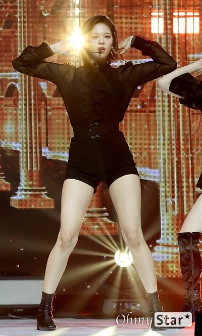 '트와이스' 정연, 눈부신 단발미녀 트와이스의 정연이  23일 오후 서울 광장동의 한 공연장에서 열린 미니 8집 < Feel Special(필 스페셜) > 발매 기념 프레스 쇼케이스에서 동명 타이틀곡 'Feel Special(필 스페셜)'을 선보이고 있다. 'Feel Special'은 JYP 수장 박진영이 트와이스와 대화를 나눈 뒤, '어두운 마음의 터널을 마주했을 때, 소중한 사람들이 선사하는 가슴 벅찬 순간'을 그리며 만든 곡이다,