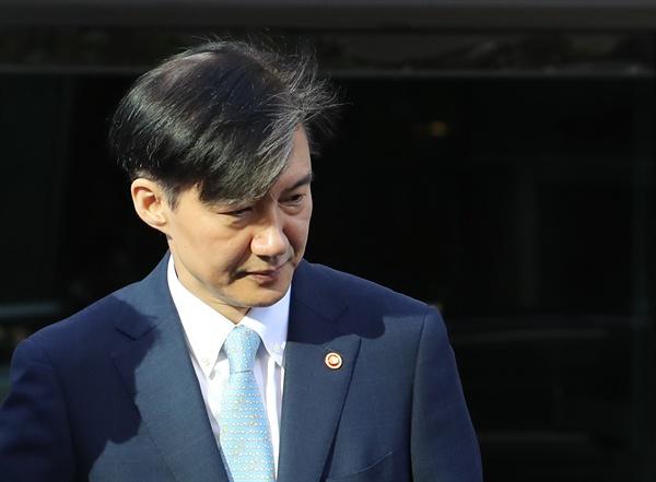 조국 법무부 장관이 23일 오전 서울 서초구 방배동 자택에서 나오고 있다. 2019.9.23