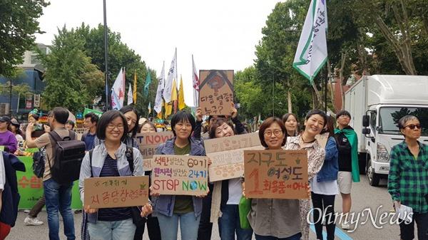 지난 21일, 세계 곳곳에서 기후 파업 주간을 맞아 기후 위기를 알리는 비상행동이 동시 다발적으로 이뤄진 가운데, 서울시 종로구 대학로에서도 기후 위기를 알리는 행사가 진행됐다.