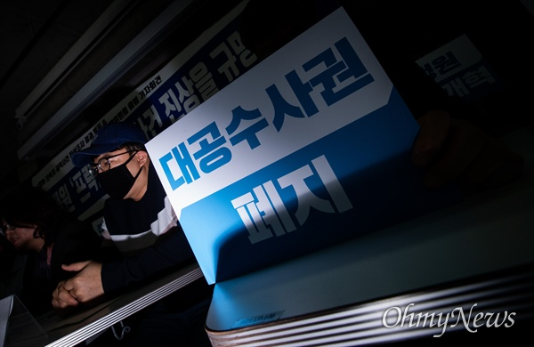 24일 오전 서울 종로구 참여연대에서 열린 국정원 '프락치' 공작사건 진상조사 결과 발표 기자회견에서 해당사건에 관련한 공익 제보자가 참석하고 있다.