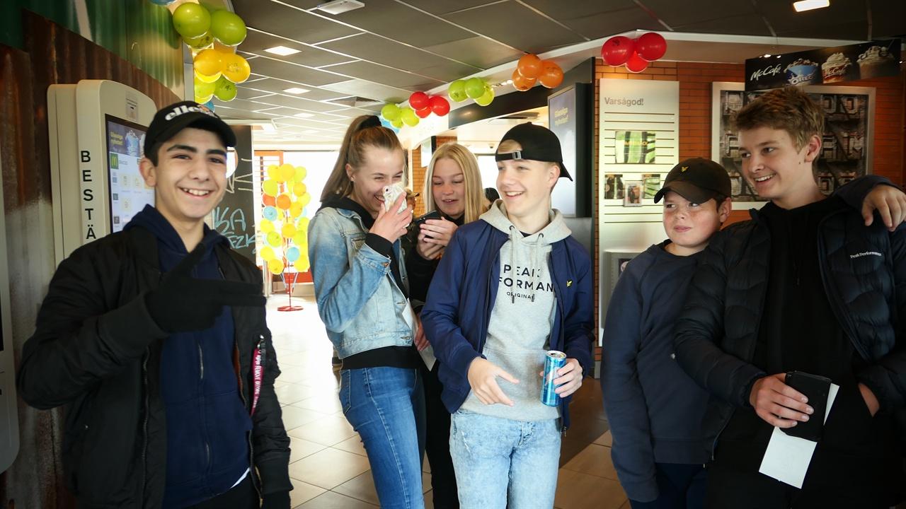 비즈니스 데이에 스스로 번 돈으로 맥도널드 매장을 찾은 스웨덴 학생들.