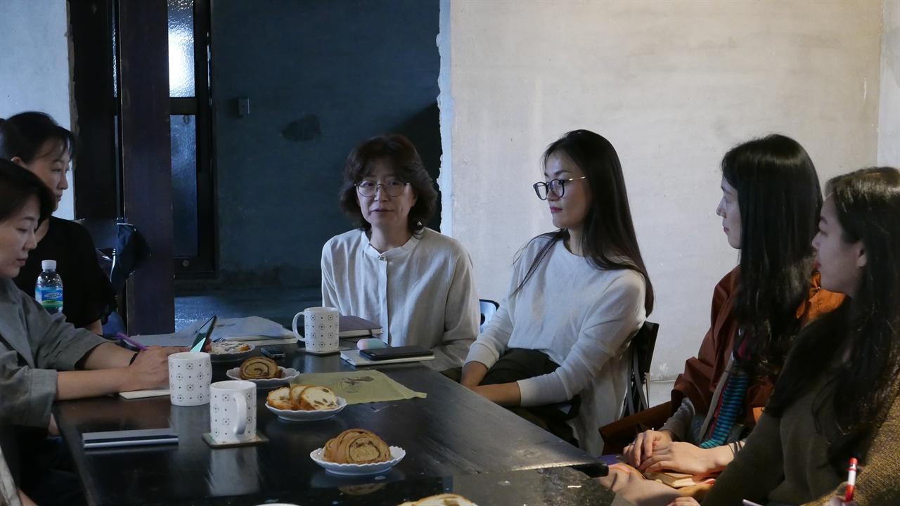 박혜성 학예사(제일 왼편)가 논의를 적고 있다.  어떤 작가들은 이 자리에서도 여전히 작업노트를 꺼내놓고 있다.