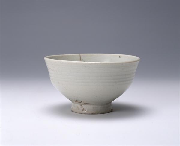 """국립진주박물관에서 10월 1일부터 열리는 """"조선 도자, 히젠(肥前)의 색을 입다""""의 한일문화교류 특별전.  사진은 백자완."""