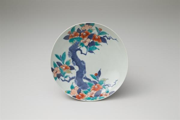 """국립진주박물관에서 10월 1일부터 열리는 """"조선 도자, 히젠(肥前)의 색을 입다""""의 한일문화교류 특별전.  사진은 백자 채색 동백무니 접시."""