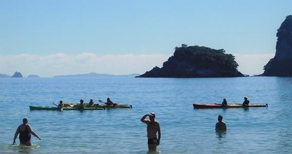 카누를 타고 섬과 섬 사이를 구경하는 관광객들