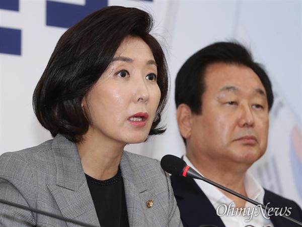 자유한국당 나경원 원내대표가 25일 국회에서 원내대표-중진의원 회의를 주재하고 있다. 오른쪽은 김무성 의원.
