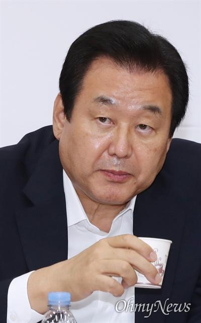 자유한국당 김무성 의원이 25일 국회에서 열린 원내대표-중진의원 회의에서 목을 축이고 있다.