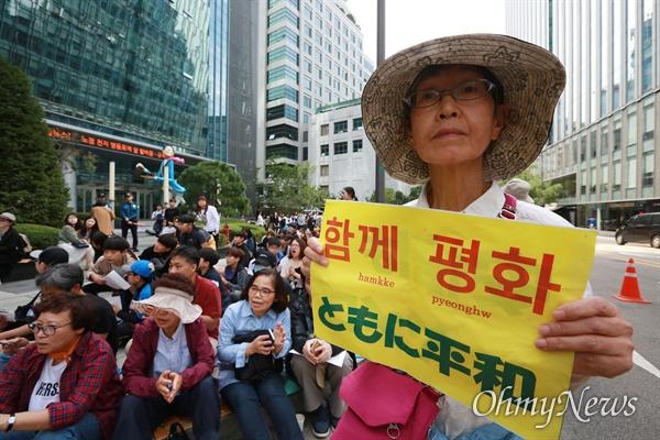 25일 오후 서울 종로구 일본대사관앞에서 정의기억연대 주최로 열린 '1406차 일본군성노예제 문제해결을 위한 수요시위'에 일본인들이 참석하고 있다.