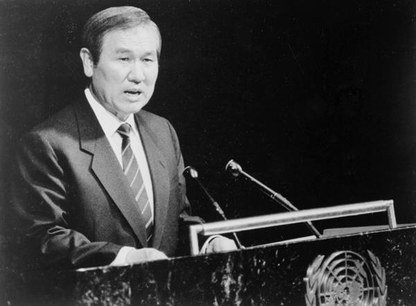 1988년 10월 19일, 유엔총회 전체 회의에서 대한민국 국가원수로는 처음으로 노태우 대통령이 '한반도에 평화와 통일을 여는 길'이라는 주제의 연설을 하고 있는 모습.