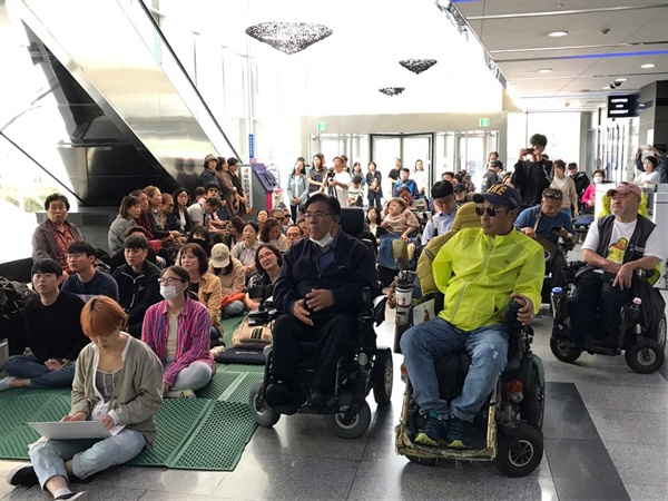 25일 오전 장애인 당사자들과 장애인 인권단체 활동가들로 인해 국가인권위원회 건물 1층 로비가 꽉 찼다.