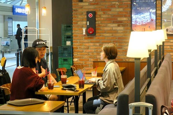 23일 김해국제공항에 있는 한 카페에서 이가와 요시키씨와 인터뷰를 진행했다. (통역 : 박예나씨)